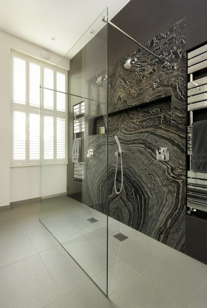 salle de bains moderne douche à l'italienne
