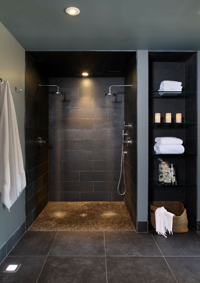 salle de bains noire deux pommes de douche douche à l'italienne