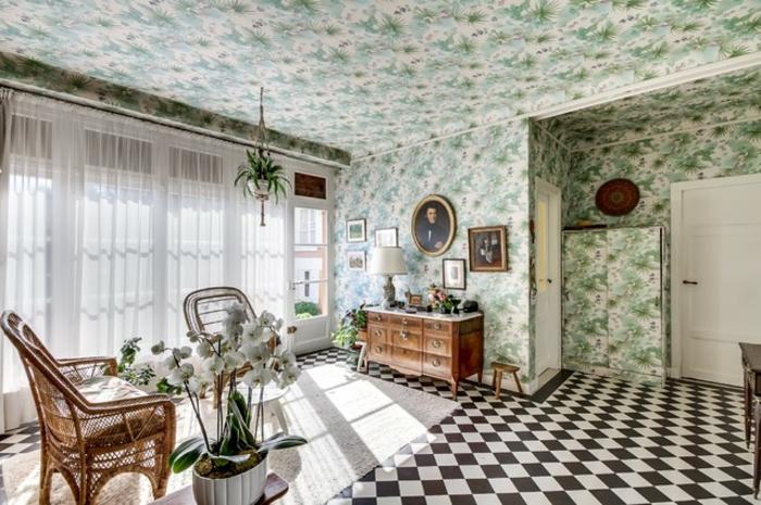 salon murs tapissés papier peint plafond