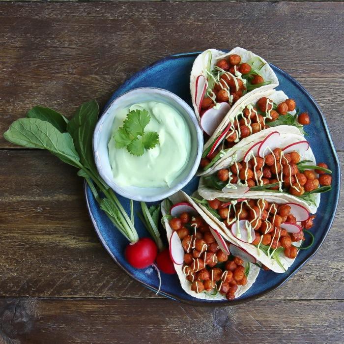 tacos aux poids chiches crème d'avocat sauce fromagère tacos