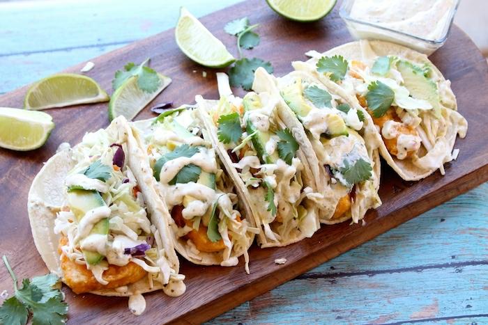 tortillas sauce fromagère tacos et salsa