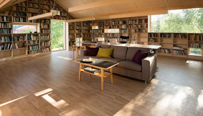 transformer un garage en habitation pièce avec grande bibliothèque