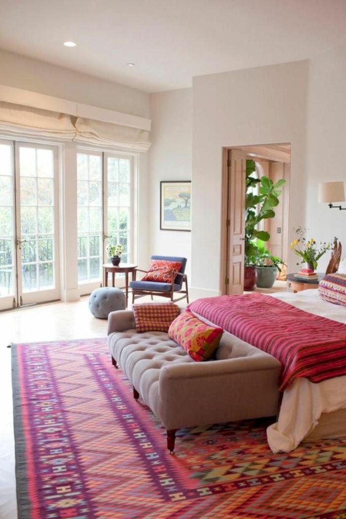 chambre avec un meuble bout de lit canapé