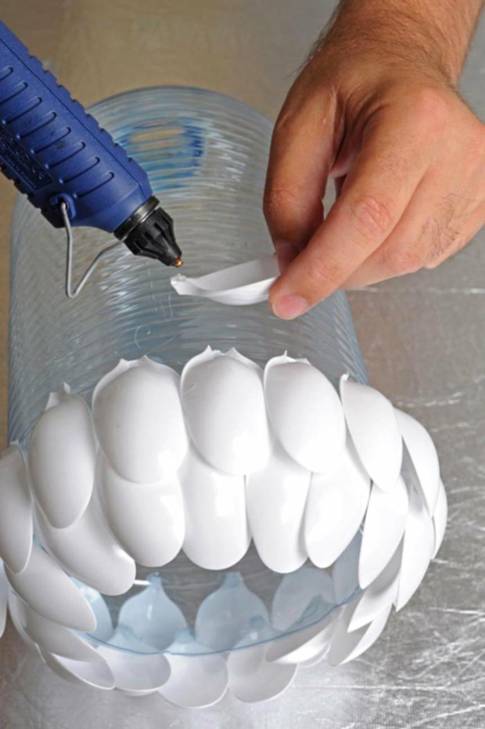 coller les cuillères en plastique pour votre luminaire fait maison