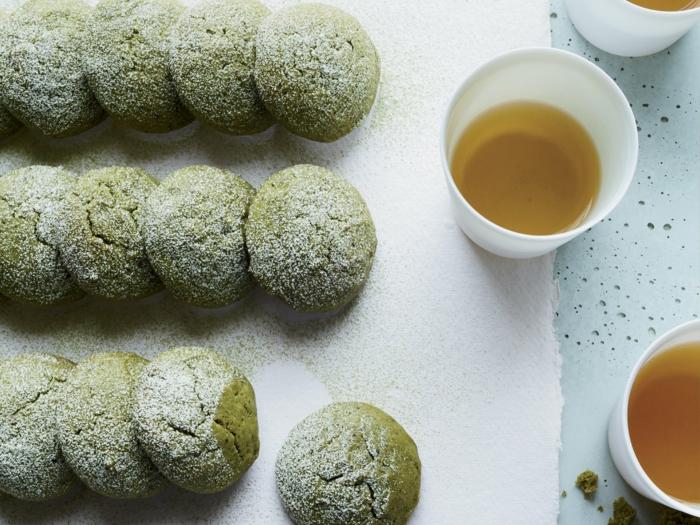 cookies préparés de thé matcha en poudre