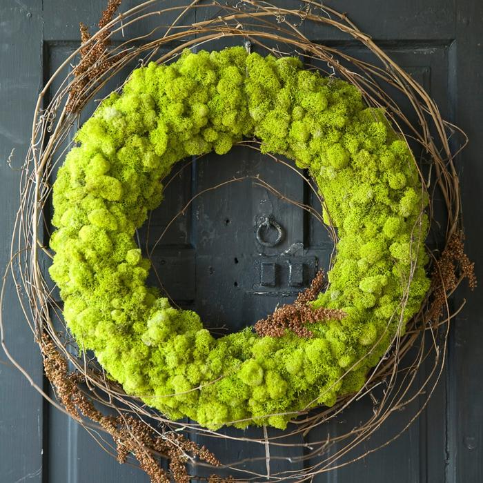 couronne pour la porte en mousse végétale