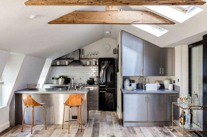cuisine style industriel frigo noir chaises en bois