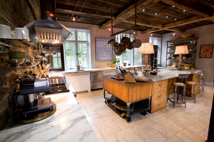 cuisine style industriel plafond bois brut îlot central