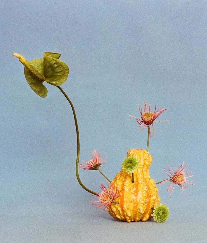 décoration tendance avec des fleurs freakebana
