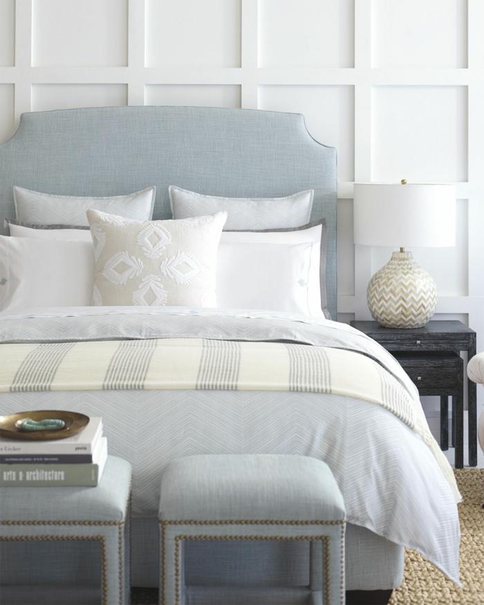 deux tabourets pour un meuble bout de lit
