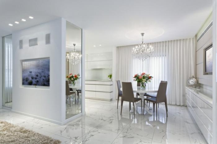intérieur en blanche avec un lustre en cristal indémodable