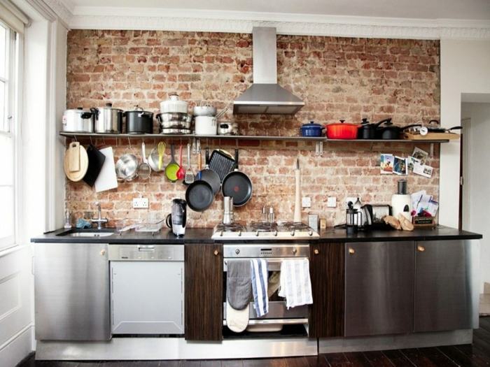 petite cuisine style industriel mur en briques étagère ouverte