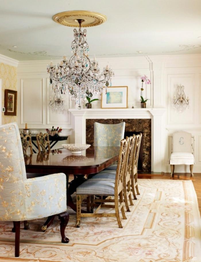 salon luxueux décoré avec un lustre en cristal