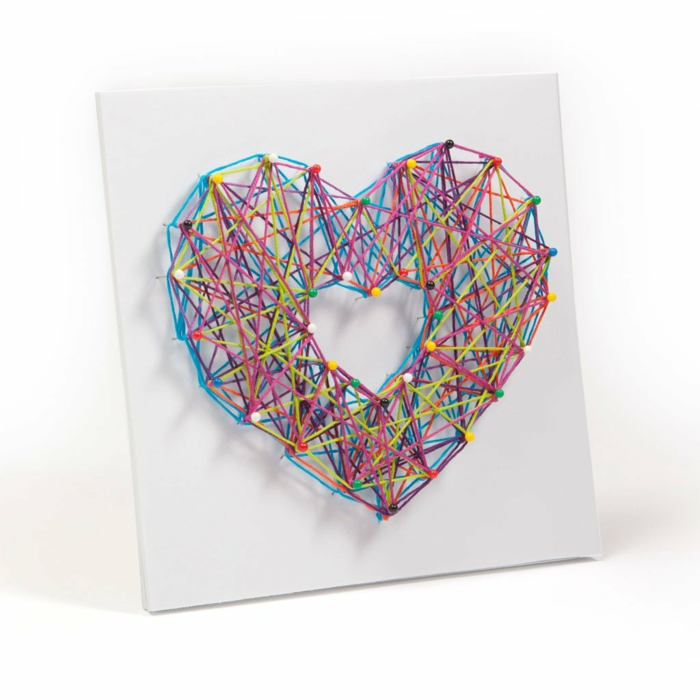 tableau fil tendu et épingles coeur colorée