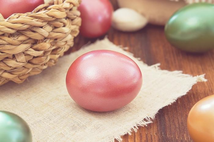 œuf de pâques déco en rose