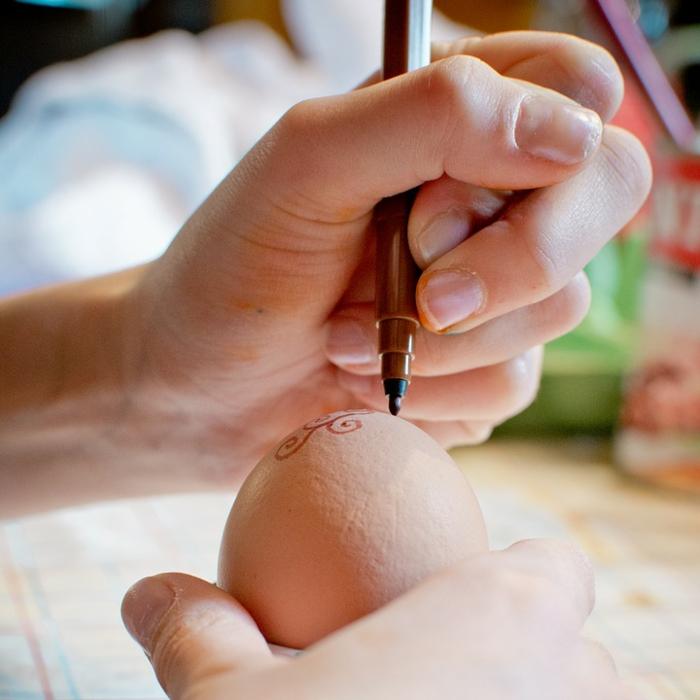 œuf de pâques idée avec un marqueur
