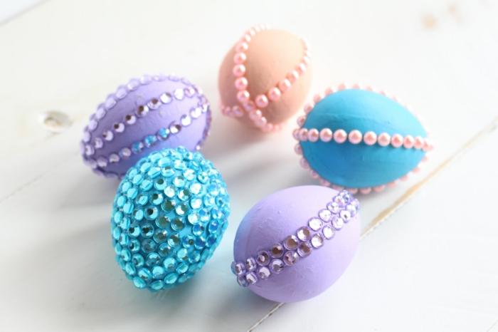 œuf de pâques inspiration avec des perles et des cristaux