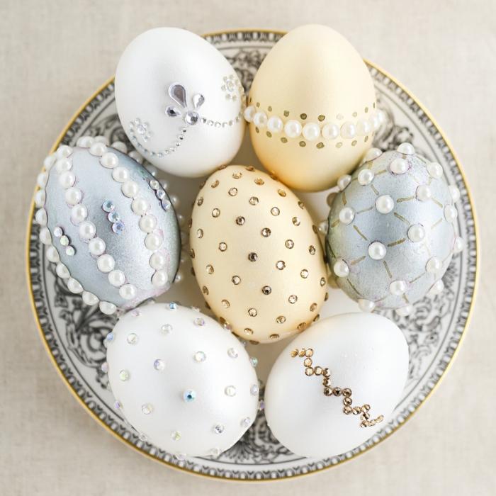 œuf de paques décorer avec des cristaux