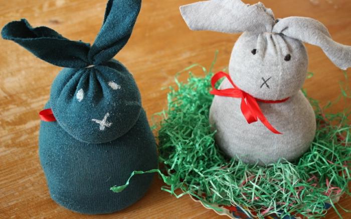 bricolage de Pâques diy lapin avec des chaussettes