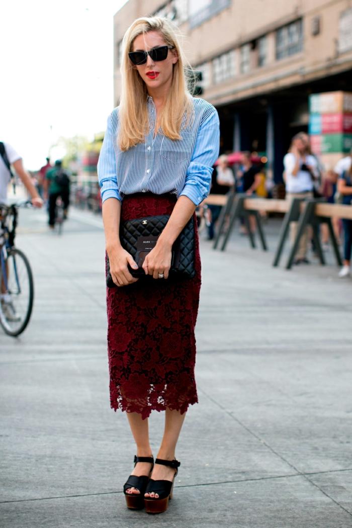 chemise femme rayures et jupe en bordeaux