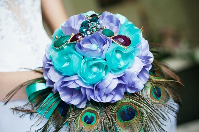 composition florale avec une plume de paon