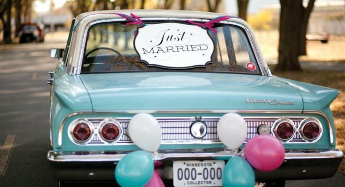 décoration voiture mariage avec des ballons