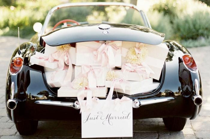 decoration voiture mariage avec des cadeaux