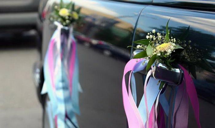 décoration voiture mariage avec des fleurs et des rubans