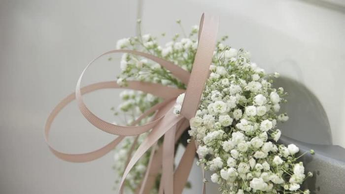 décoration voiture mariage avec des fleurs et rubans