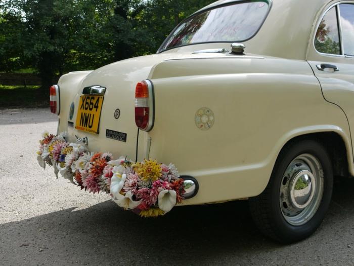 décoration voiture mariage avec des fleurs