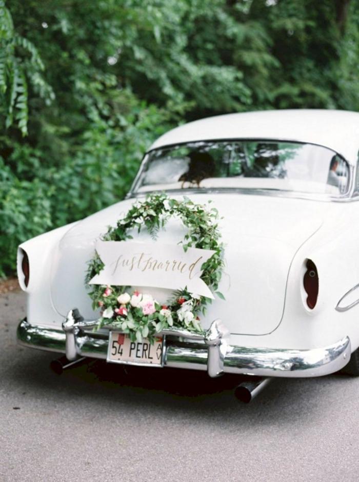 décoration voiture mariage avec une couronne de fleurs