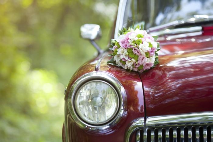 décoration voiture mariage bouquets