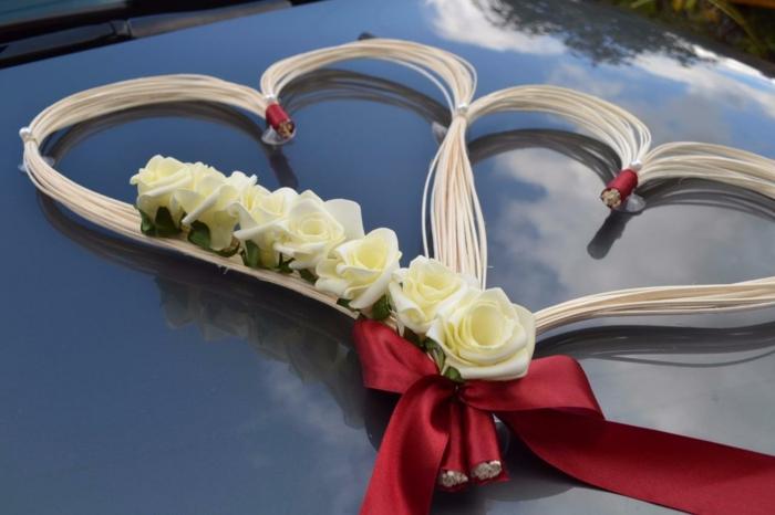 décoration voiture mariage en forme de coeur