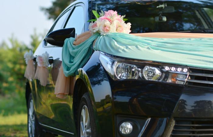 décoration voiture mariage florale avec du tissu