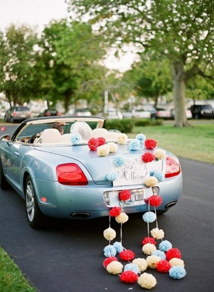 décoration voiture mariage pompons