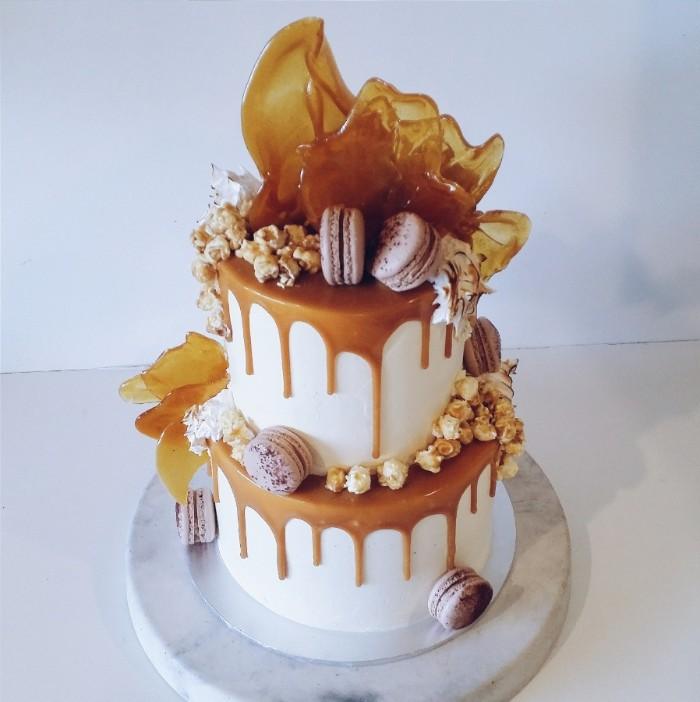 idée décoration gâteau caramel et petites gourmandises