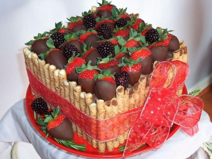 idée décoration gâteau fruits couverts de chocolat