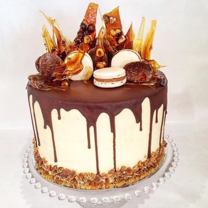 idée décoration gâteau macarons et caramel