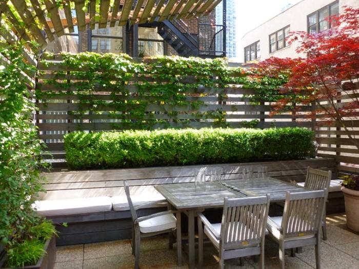 brise-vue en bois et plantes vivantes