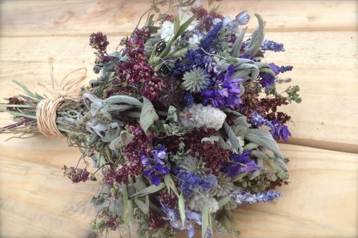 composition florale avec des fleurs séchées