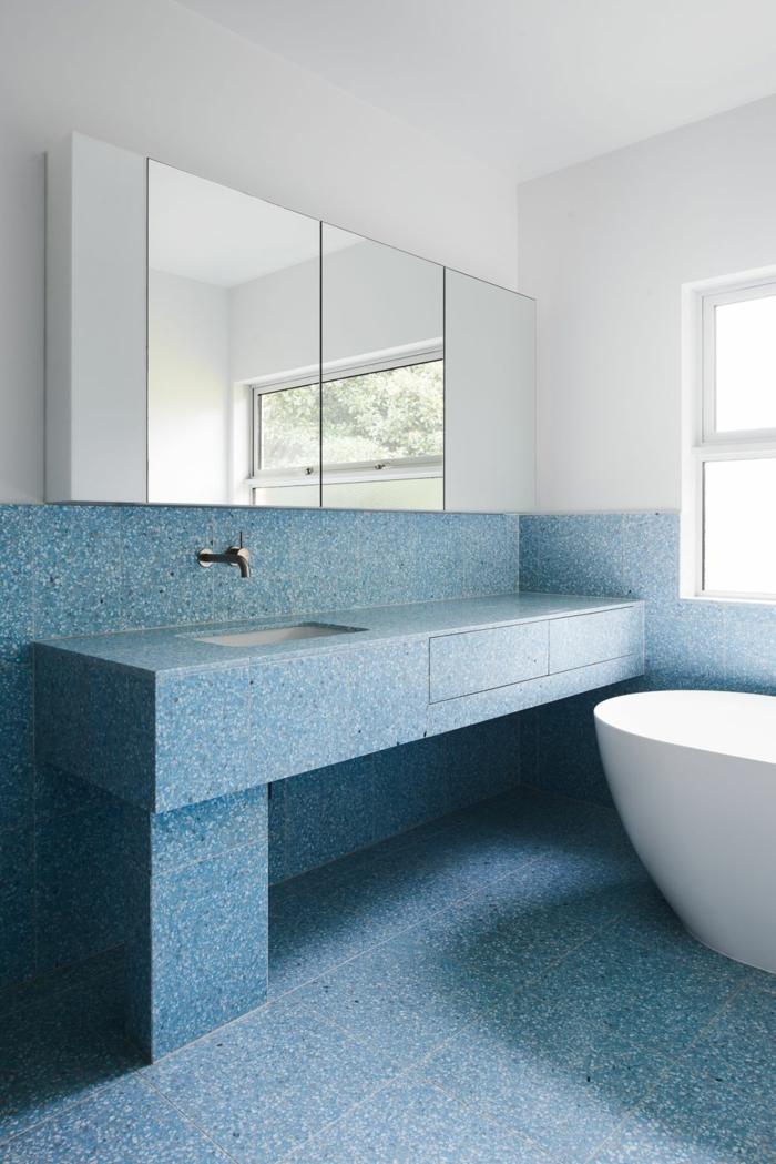 décoration intérieur terrazzo bleu pour la salle de bain