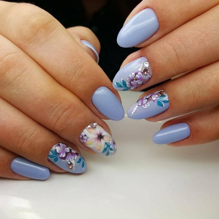 fleurs et violet pour un nail art facile et tendance
