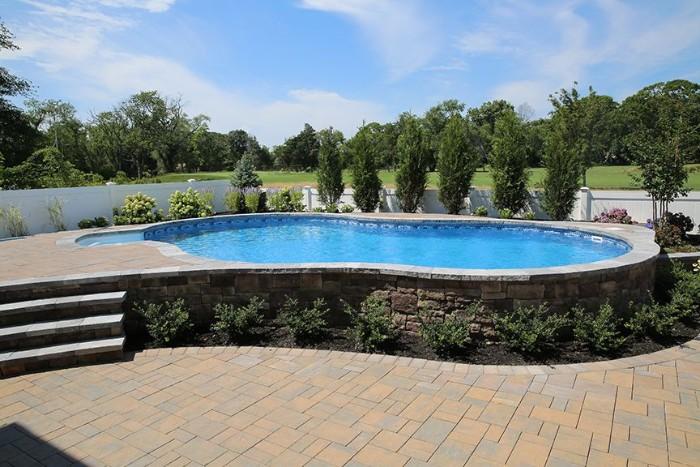 grande piscine semi-enterrée pierre