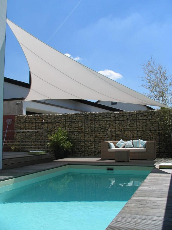 idée déco piscine avec une voile d ombrage