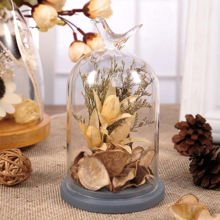 idée originale avec des fleurs séchées sous cloche