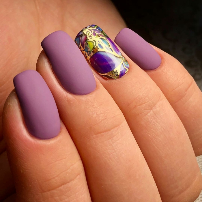 nail art facile manucure violet et touche dorée