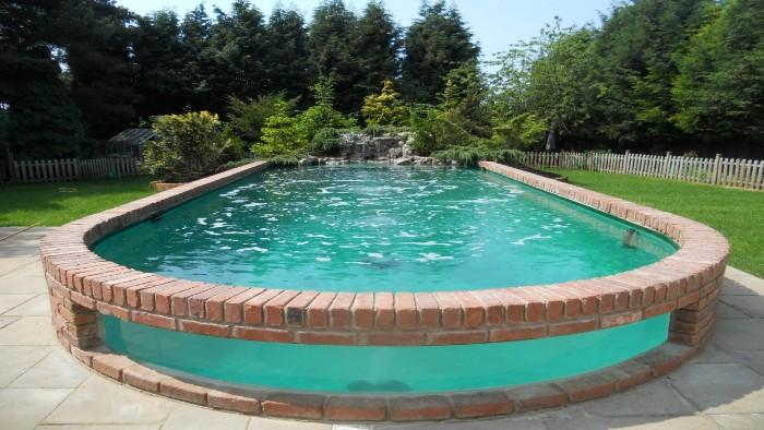 piscine semi-enterrée briques et verre
