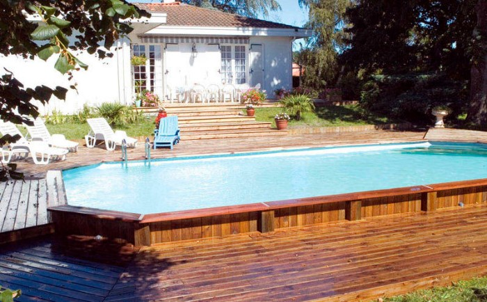 piscine semi-enterrée jardin été