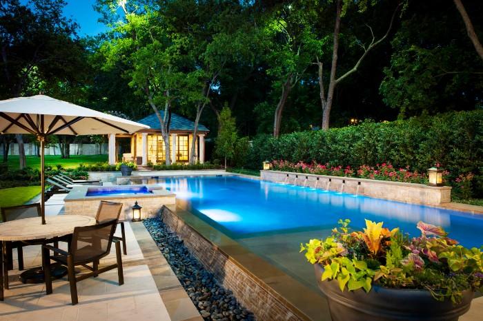 piscine semi-enterrée longue design
