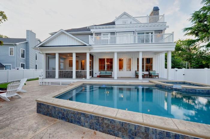 piscine semi-enterrée maison américaine
